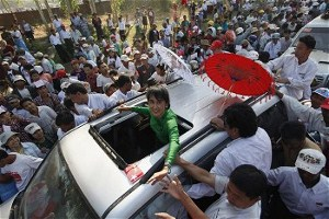 Supporter greet Aung San Sui Kyi